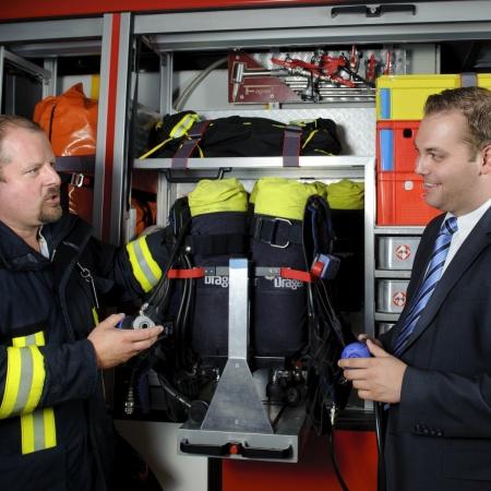 Felix Schreiner mit dem Feuerwehrkommandant Lauchringens Bernhard Loll