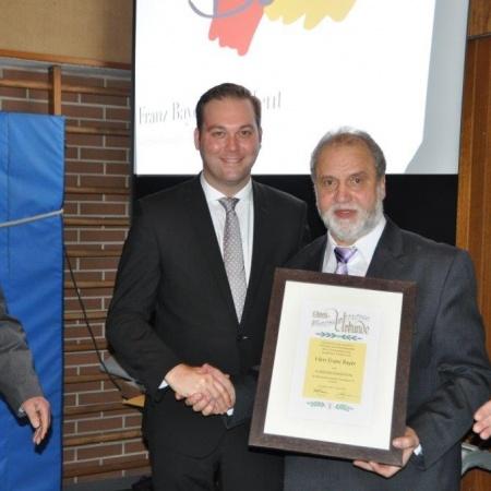 Ehrenpräsident Franz Bayer übergibt die Amtsgeschäfte an den neuen Präsidenten Felix Schreiner